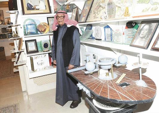 الفلكي د . صالح العجيري في متحفه بالكويت