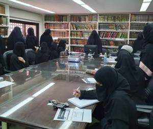 طالبات كلية الشريعة والدراسات الإسلامية بالكويت في مكتبة الكلية