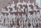 تلاميذ الصف الرابع الإبتدائي في مدرسة المثنى سنة 1956ز يرى فيها د . محمد الشيباني رئيس مركز المخطوطات .